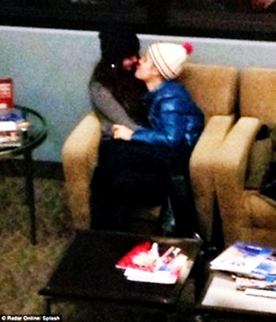 หวานกันกลางสนามบิน Justin Bieber  กับสาว Selena Gomez