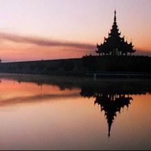 พระราชวังมัณฑะเลย์  ก่อสร้างด้วยไม้สักที่สวยงามที่สุดแห่งหนึ่งของเอเชีย