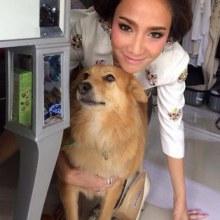 อั้ม พัชราภา ลุคใสๆกับบรรดาสุนัขที่น่ารักของเธอ