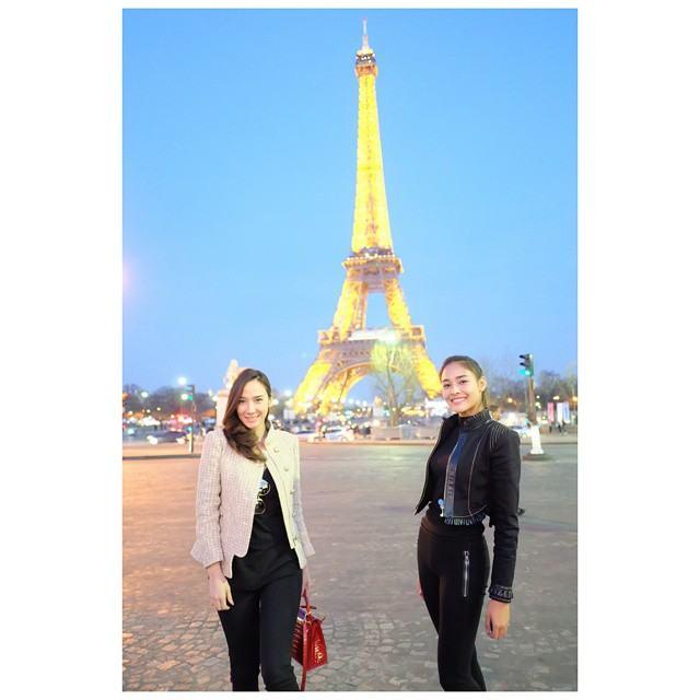 """แฟชั่นซุปเปอร์สตาร์ """"อั้ม พัชราภา"""" กับน้องสาวสุดเลิฟ """"ปุ๊กลุ๊ก ฝนทิพย์"""" ณ กรุงปารีส สวยหรูมีคลาสมีระดับ!!"""