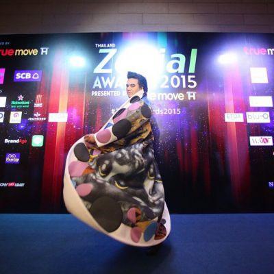 อั้ม พัชราภา  รับรางวัล Thailand Zocial Awards 2015 ด้วยยอดอินสตาเเกรมติดตามกว่า 3.7 ล้านกว่ามากที่สุดในประเทศไทย เเต่งานนี้ผู้จัดการคนดัง  เอ ศุภชัย  มาขึ้นรับเเทนเพราะสาวอั้มติดถ่ายเเบบ!!