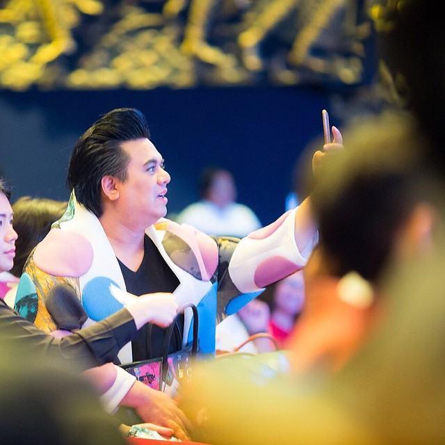 """""""อั้ม พัชราภา"""" รับรางวัล Thailand Zocial Awards 2015 ด้วยยอดอินสตาเเกรมติดตามกว่า 3.7 ล้านกว่ามากที่สุดในประเทศไทย เเต่งานนี้ผู้จัดการคนดัง """"เอ ศุภชัย"""" มาขึ้นรับเเทนเพราะสาวอั้มติดถ่ายเเบบ!!"""