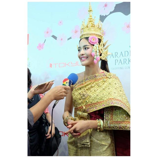 """""""ปุ๊กลุ๊ก ฝนทิพย์"""" ในงานเปิดห้างโตคิว ณ ห้างพาราไดซ์ พาร์ค ในชุดไทยสวยสง่าเเบบไทยปังมาก!!"""