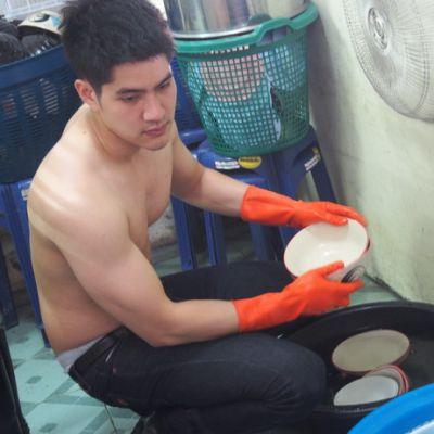 แชร์ว่อนเน็ต!!! หนุ่มล้างจานร้านก๋วยเตี๋ยว  ถอดเสื้อโชว์หุ่นล่ำ หล่อระดับ 10 กะโหลก