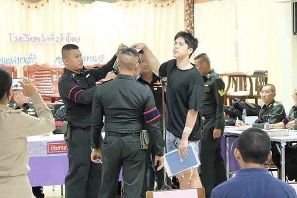เมื่อดารานักร้องหนุ่มหล่อมาเกณฑ์ทหาร