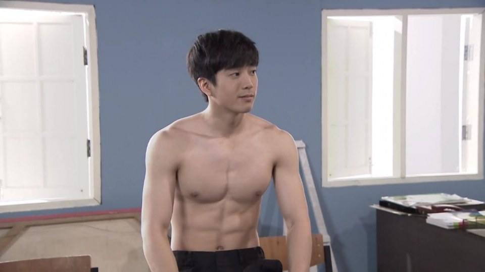 """ย้อนดูฉาก """"นน ชานน"""" ถอดเสื้อโชว์หุ่นแซ่บ ในบางรักซอย9/1(ซีซั่น1)"""