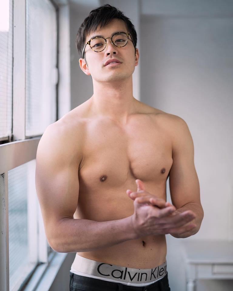 ผู้ชายใส่แว่นเค้าว่าเป็นคน.........