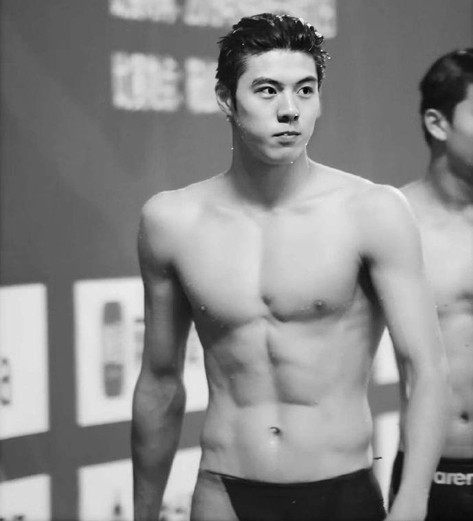 หนุ่มน้อยนักว่ายน้ำสุดหล่อ มาแรง...