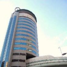 The Gate Tower Building ตึกที่ถูกสร้างให้ ถนน ผ่านชั้นตัวตึกได้
