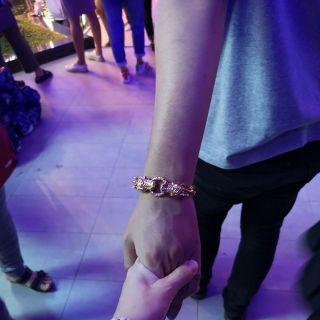 จับมือไว้ แล้วไปด้วยกัน มีกันและกันตลอดไป