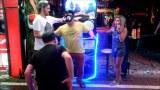 นักท่องเที่ยว ลองเล่นแว่นตา 3D ร้องลั่น (ถนนคนเดิน พัทยา)pattaya walking street.