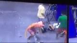 กลุ่มชายวัยรุ่น รุมทำร้าย!! พนักงานโรงงาน ขณะจอดเติมน้ำมัน ที่ชลบุรี