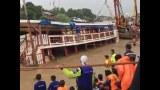 เจ้าหน้าที่ใช้เครนยกซากเรือโดยสารล่ม ท่าเรือวัดสนามไชย จ.พระนครศรีอยุธยา ล่าสุดพบแล้ว 27 ศพ