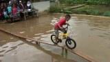 ปั่นจักรยาน แข่งขันกันบนสะพานไม้ | funny bicycle