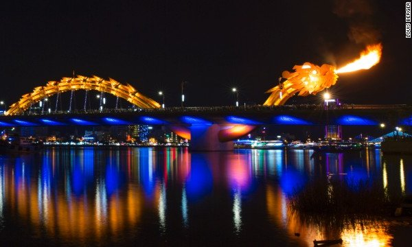 ชมมังกรไฟ เวียดนาม ที่สะพาน Dragon Bridge เมืองดานัง สาดเปลวเพลิงร้อนแรงยามค่ำคืน