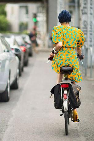 ชุดแฟชั่นขี่จักรยาน เดราสีเหลือง ลายเขียว รองเท้าส้นสูง สีเหลือง
