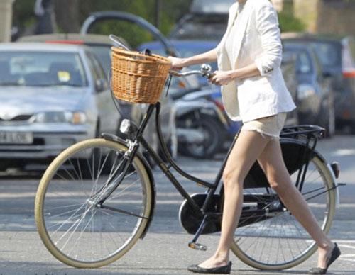 ชุดแฟชั่นขี่จักรยาน กางเกงขาสั้น สีขาว เสื้อคลุมสูท สีขาว