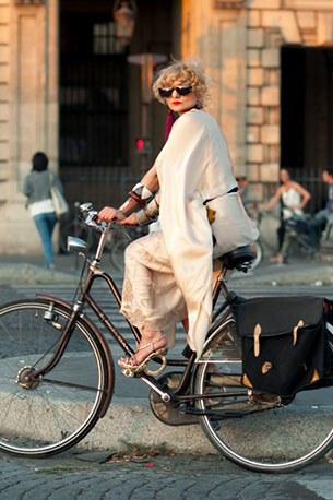 ชุดแฟชั่นขี่จักรยาน รองเท้าส้นสูง